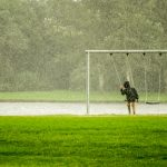 hinta esőben és kisgyerek